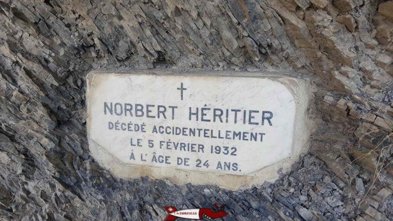 Un plaque qui rappelle le risque que prenait les ouvriers à entretenir le bisse de Savièse