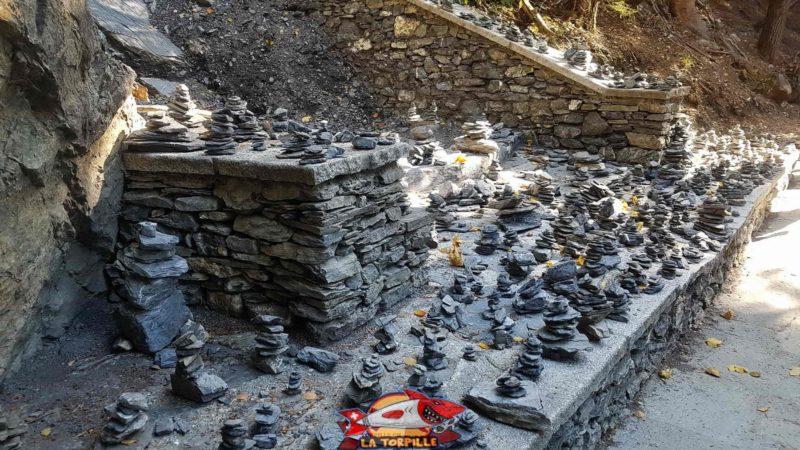 Petits monticules de pierre, les cairns, élevés par les promeneurs depuis le début de la saison au bisse de Savièse