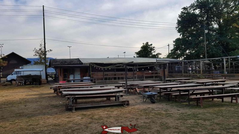 Les tables de la buvette de la ferme de la Gavotte dans le grand parc à animaux.