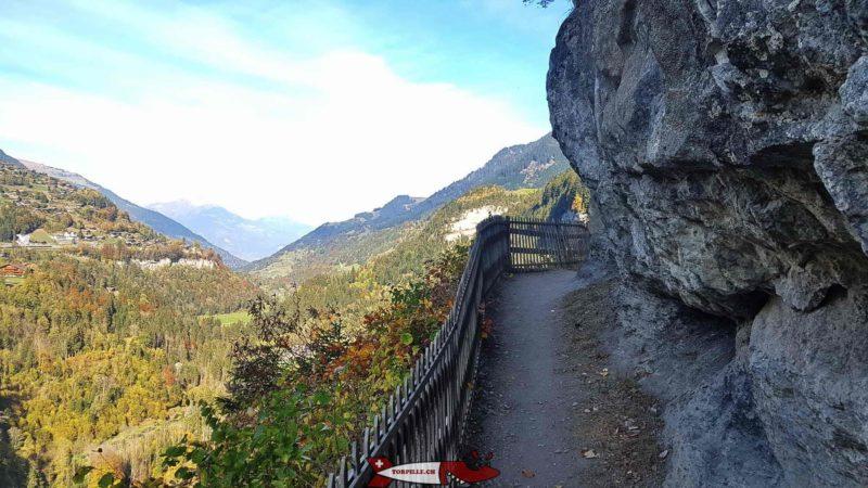 Vue sur le val d'Illiez avec les Alpes vaudoises en arrière-plan depuis la galerie Défago