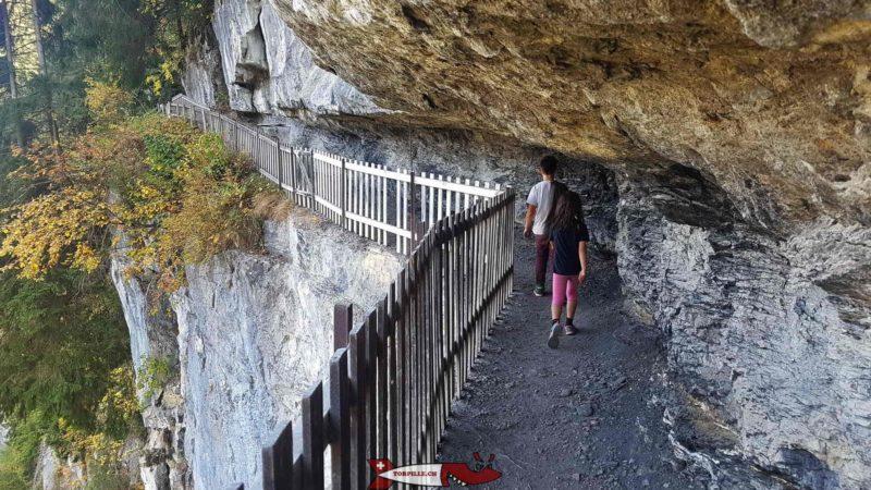 Le chemin de la galerie défago accroché à la falaise.