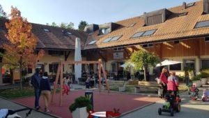 Un café-restaurant avec une terrasse de la ferme de la fondation CSC