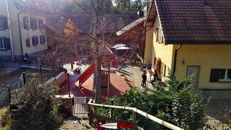 une place de jeux pour les enfants jusqu'à 5 ans et des petits véhicules sans pédale à la ferme de la fondation CSC