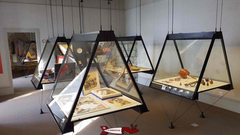 Des vitrines montrant de petits jeux au musée suisse du jeu