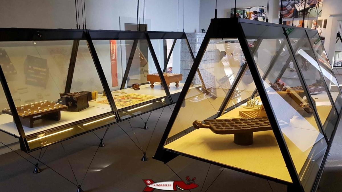 Des vitrines du musée suisse du jeu.