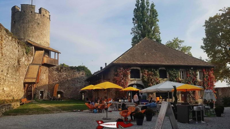"""The visitable tower of the Tour-de-Peilz castle and the tables of the bistro le """"joker""""."""