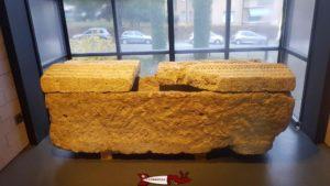 Un tombeau en pierre au musée romain de Lausanne-Vidy