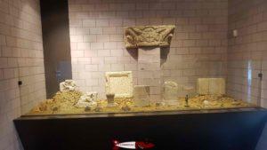 La vitrine présentant des objets liés aux croyances religieuses au musée romain de Lausanne-Vidy
