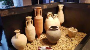 Différents types d'amphores qui étaient utilisées pour transporter des liquides au musée romain de Lausanne-Vidy