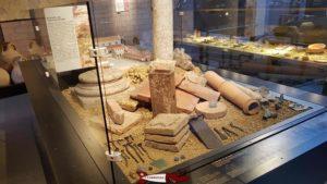 Différents objets servant à la construction de maisons au musée romain de Lausanne-Vidy