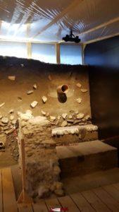 Un exemple de fouille avec la terre recouvrant les ruines et objets datant de l'époque romaine au musée romain de Lausanne-Vidy