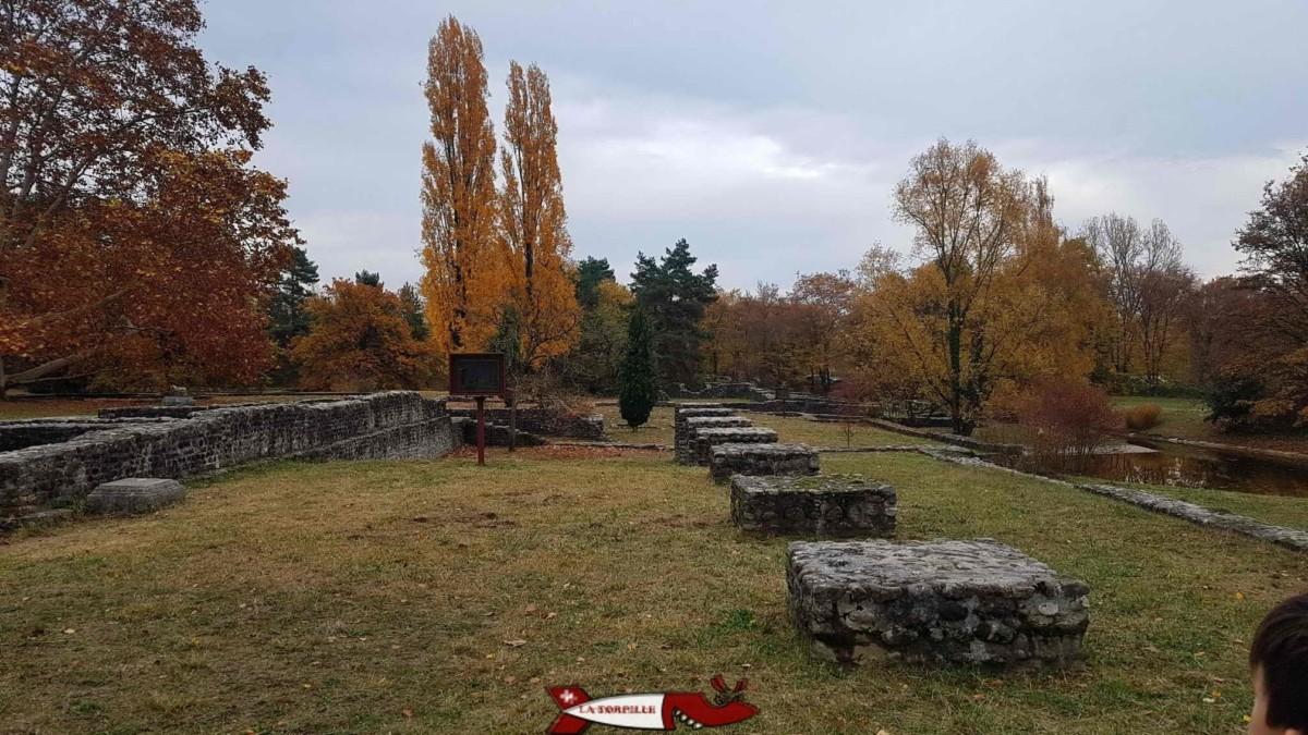 La promenade archéologique avec les fondations des édifices romains.