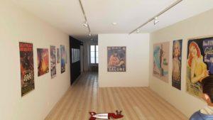 """Les grands espaces clairs et épurés du musée avec ici l'exposition """"le cinéma s'affiche"""" en 2018 au musée d'art de Pully"""