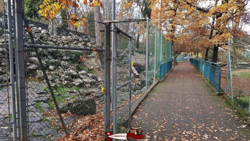 Un chemin le long d'un enclos au parc aux animaux du bois-de-la-bâtie