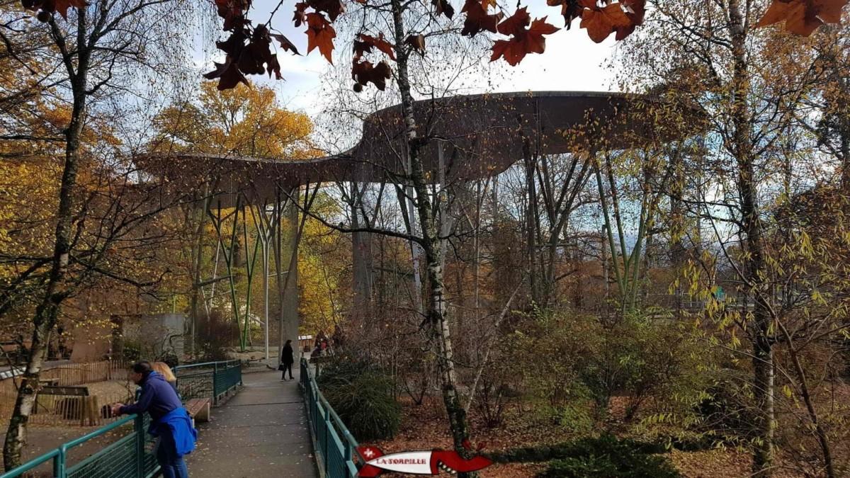 La volière du zoo du Bois-de-Bâtie avec le toit en béton.