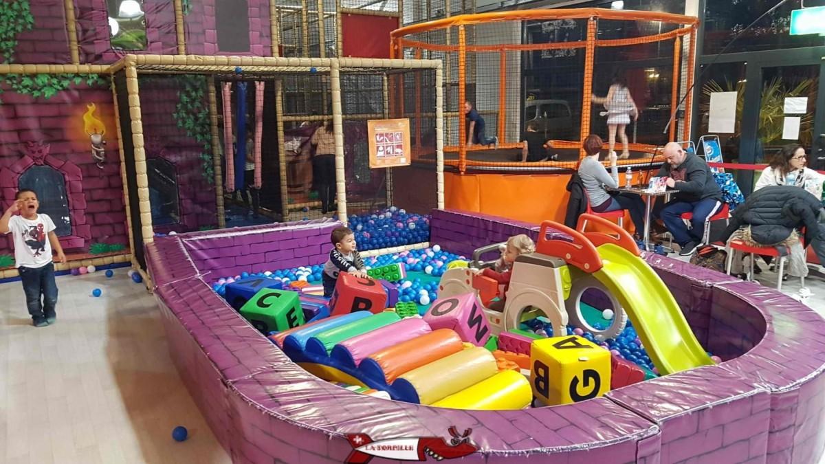 Piscine à boule et petits jeux pour les bébés à côté de la réception et la cafeteria. jayland gland