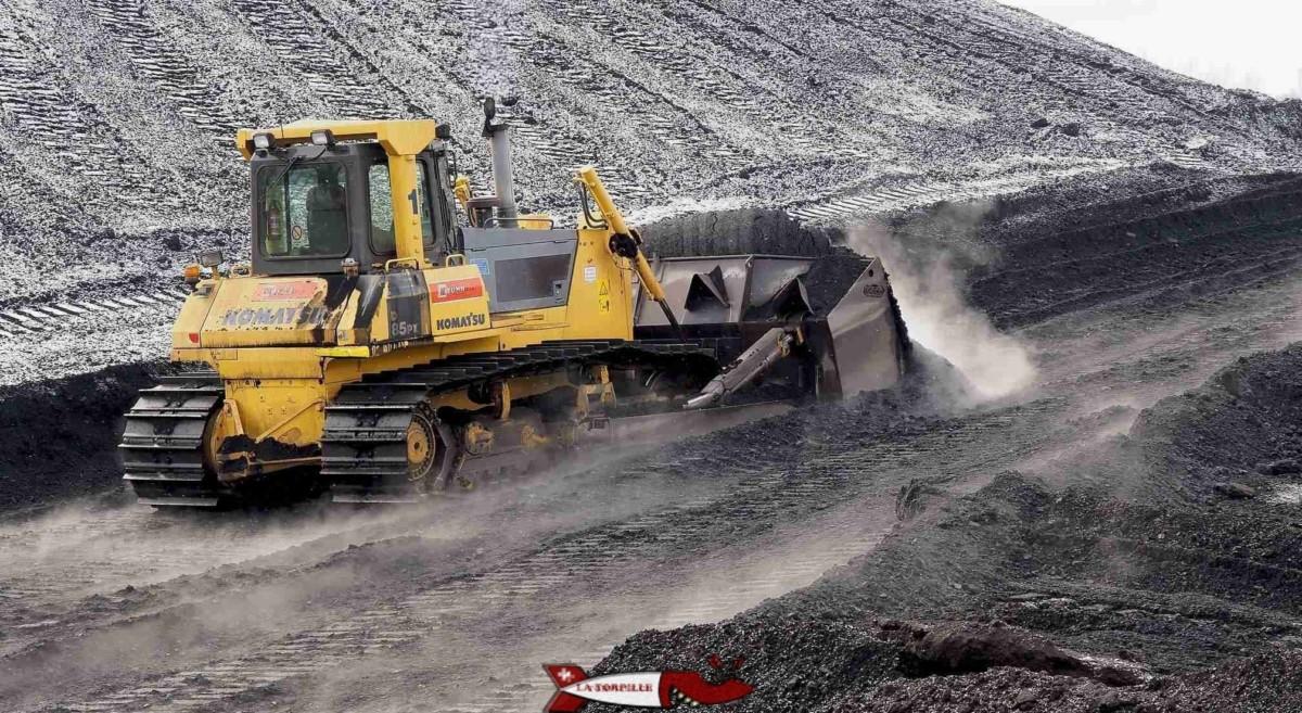 Un bulldozer d'une usine en Slovénie poussant du charbon provenant d'Indonésie