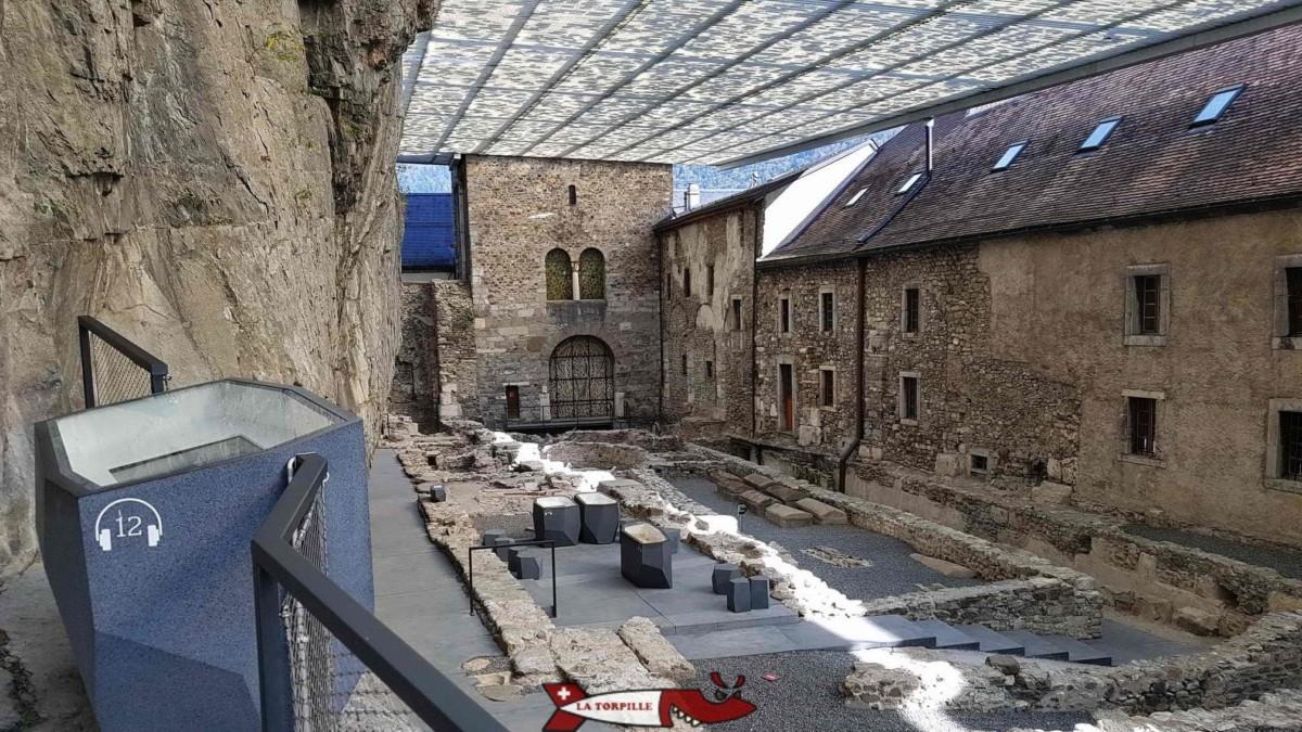 Le site archéologique de l'abbaye de saint-maurice montre des emplacement funéraires de l'époque romaine