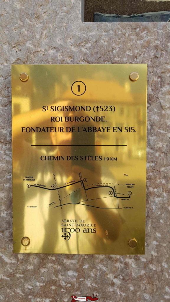 Un plaque dans la ville de Saint-Maurice en souvenir de la fondation de l'abbaye en 515.
