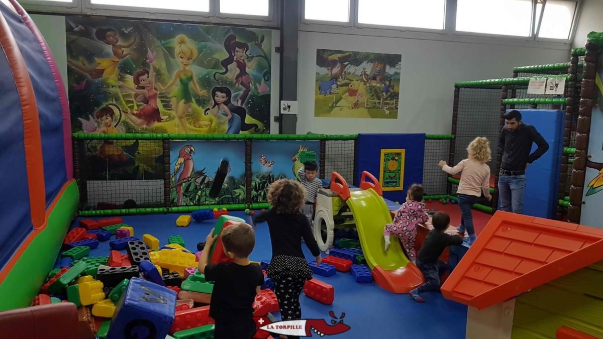 Une petite zone pour les bébés avec divers jeux en plastique. jayland villars-ste-croix