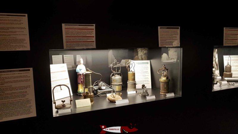 Une vitrine exposant des lampes utilisées par les mineurs au musée des sciences de la terre de MArtigny