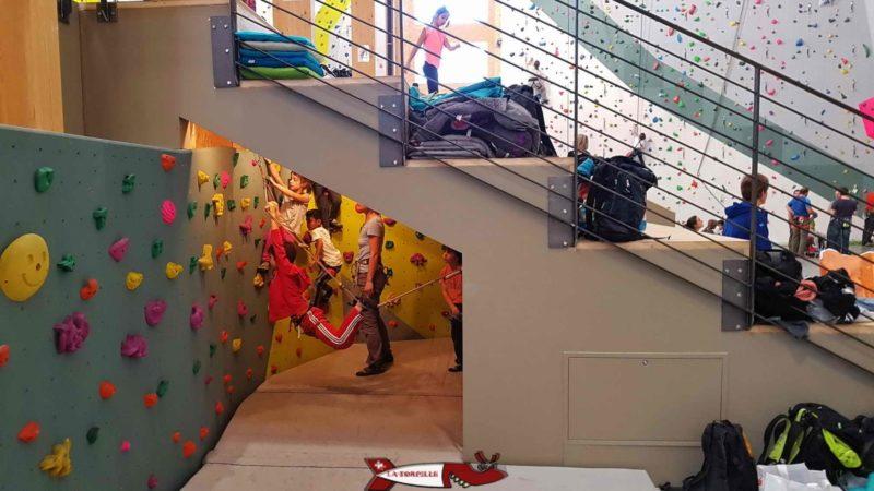 bloc pour les petits à la salle de grimpe C+ urban climbing