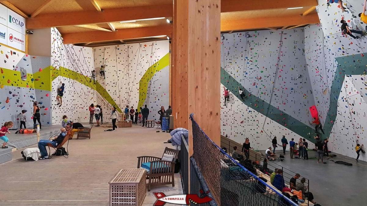 L'intérieur de la salle de grimpe de c+ urban climbing