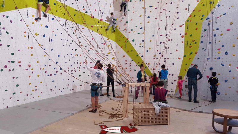 zone de grimpe envoie pour les enfants et débutants à la salle de grimpe C+ urban climbing