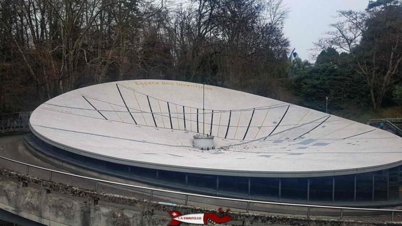 La structure en béton datant d'Expo 64 qui fait office de toit à l'espace des inventions.