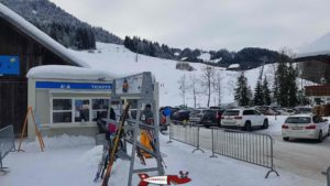 The ticket office in the parking lot next to the sled run at jaun