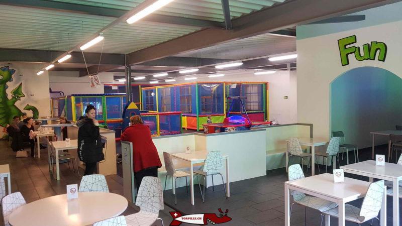 De nombreuses tables et chaises sont à disposition pour les parents à fun4kids