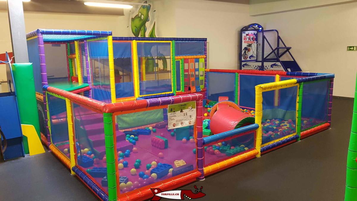 Une structure tubulaire réservée aux bébés avec une piscine de boules. fun4kids