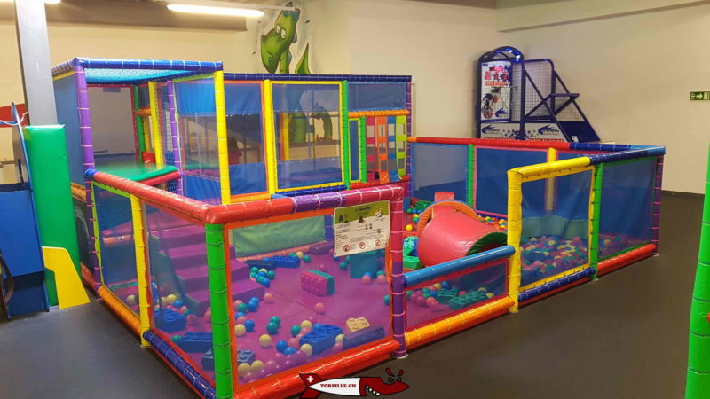 A tubular structure reserved for babies with a ball pool. kids4fun vetroz