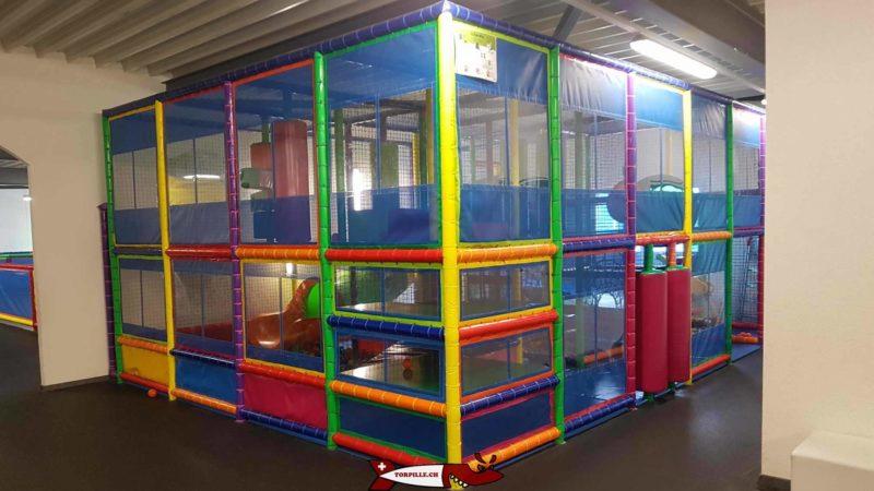 Une structure tubulaire pour les enfants dès 4 ans avec des boules et parcours d'agilité sur deux niveaux à fun4kids