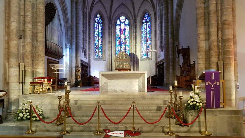 """Le cœur avec le maître-autel en son centre et le triptyque dit """"de Jessé"""" au fond."""