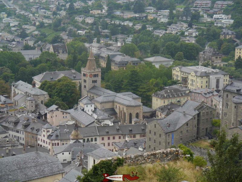 La cathédrale de Sion vue au téléobjectif depuis Valère avec la château de la Majorie au premier-plan.