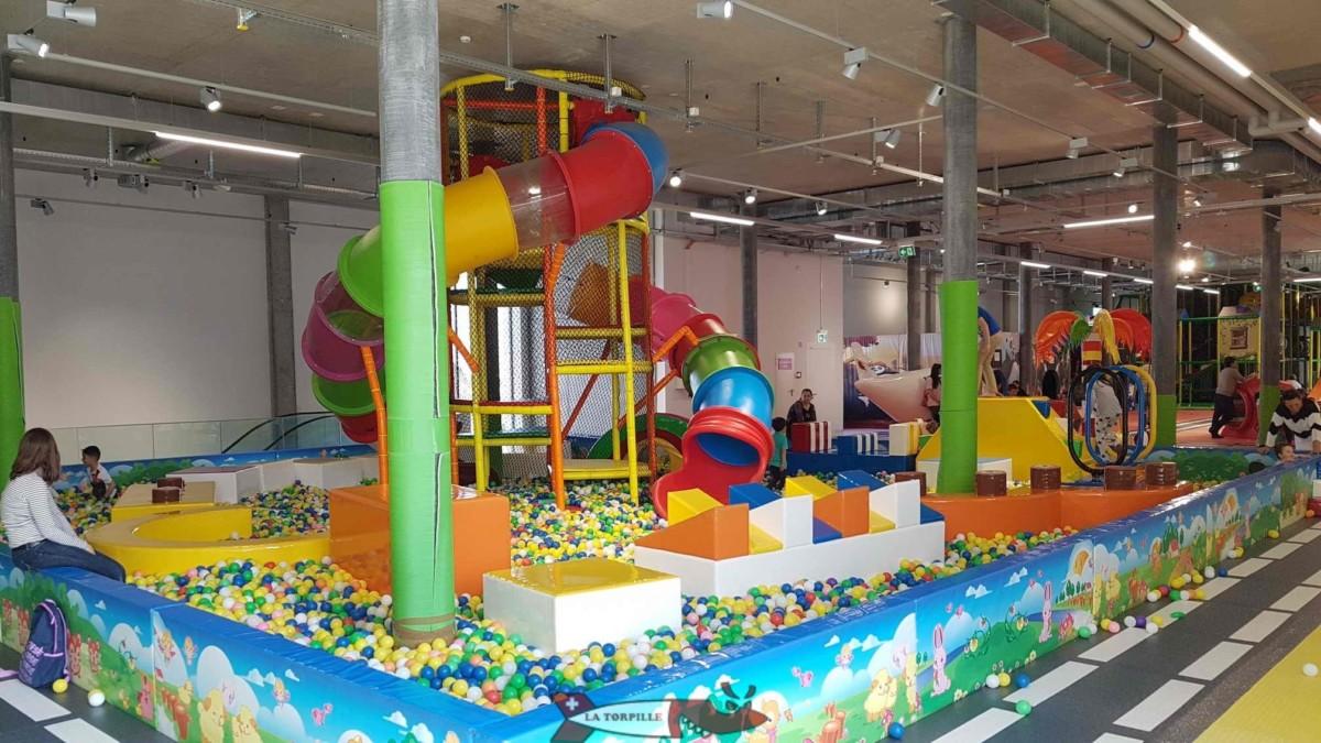 Des piscines de boules en plastique qui conviendront aux tout-petits. Kids Fun PArk