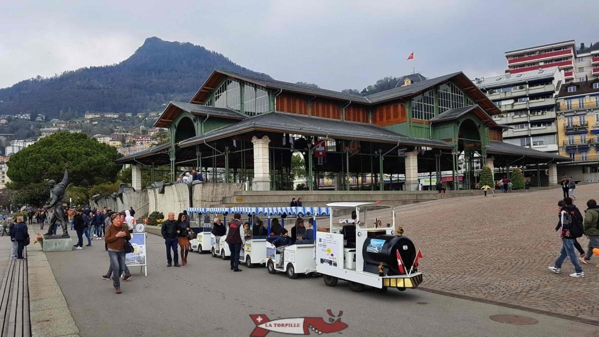Le petit train des quais de Montreux à son point de départ avec en arrière plan le marché couvert.