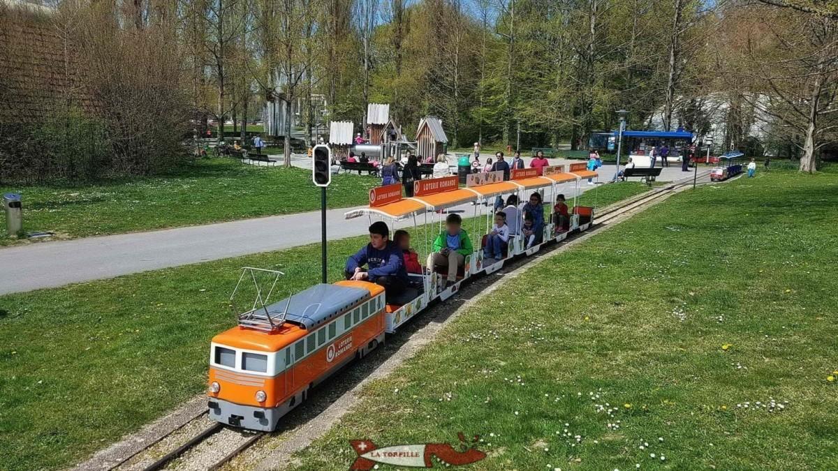 Le petit train de vidy avec une locomotive datant de 1964.