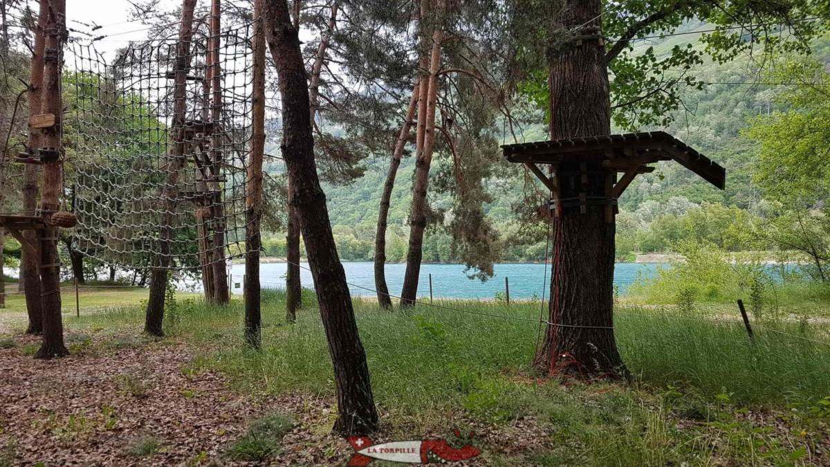L'accrobranche et le lac du domaine des Iles de Sion.