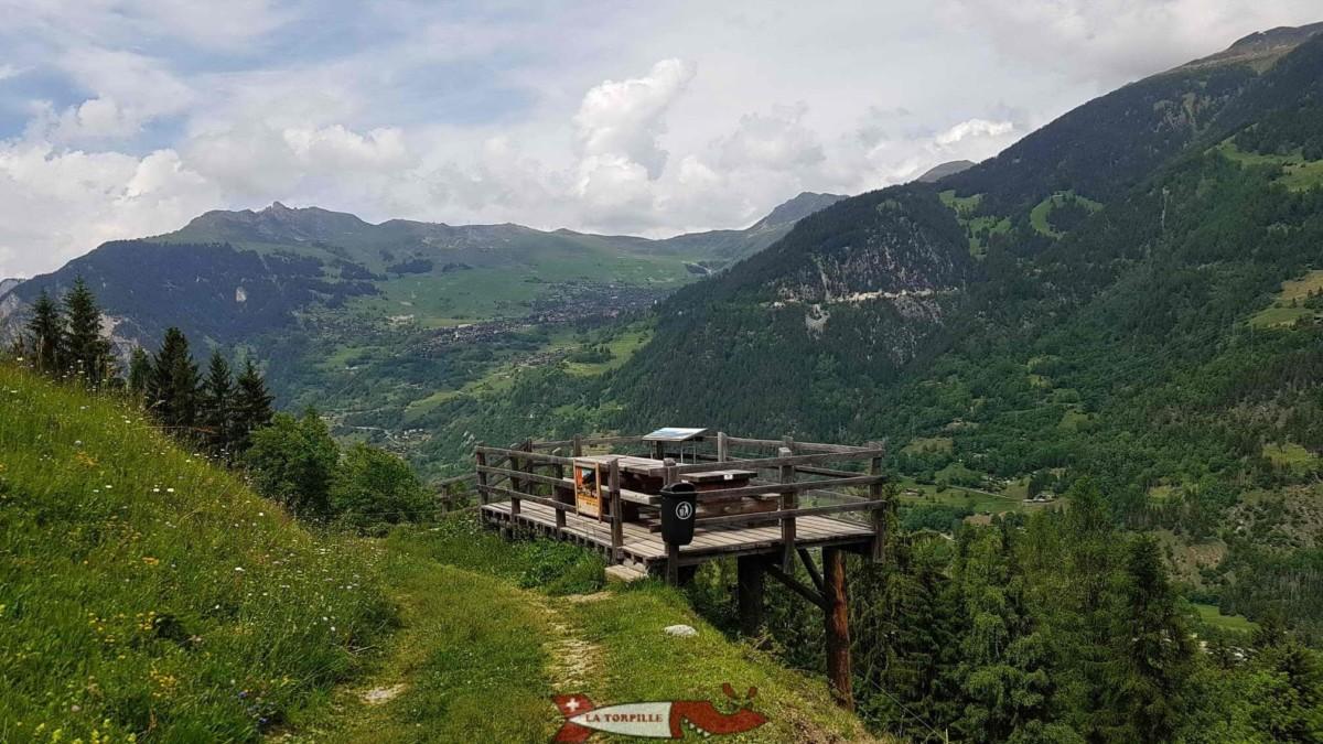 Point de vue sur le val de Bagnes et Verbier depuis la magnifique place de pic-nic à mi-parcours.