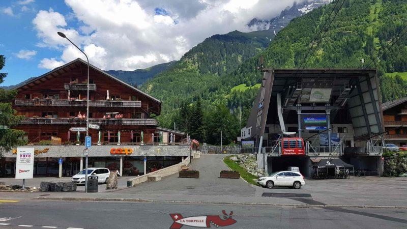 Trott en stock se trouve entre le châtel et la gare de départ du téléphérique.
