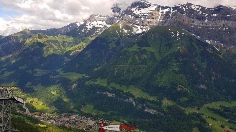La vue sur Champéry et les Dents du Midi depuis le sommet du télécabine.