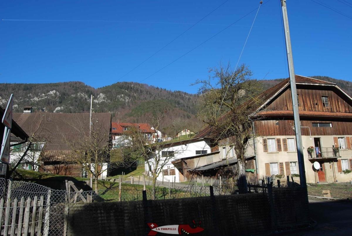 Le Mont-Raimeux depuis Corcelles, le sommet de cette montagne se trouve entièrement dans le canton de Berne.
