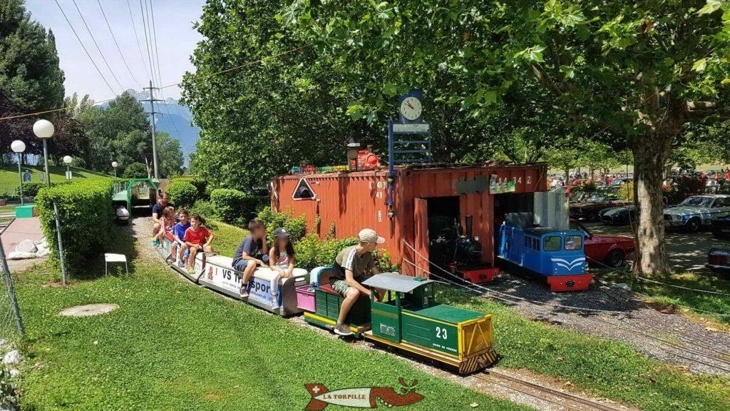 Le petit train au niveau des entrepôts.