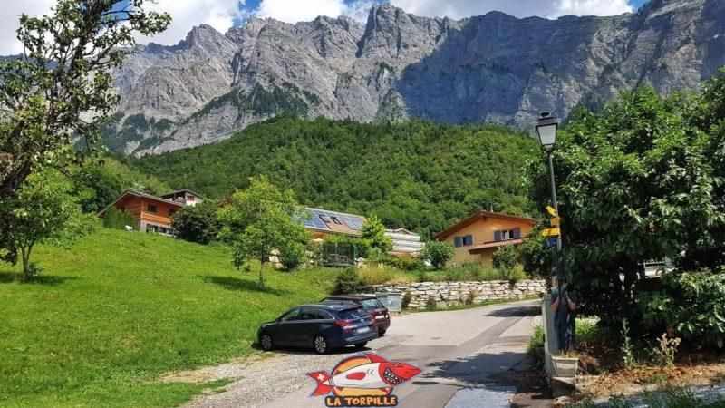 Un petit parking est disponible à Grugnay au dessus de Chamoson.