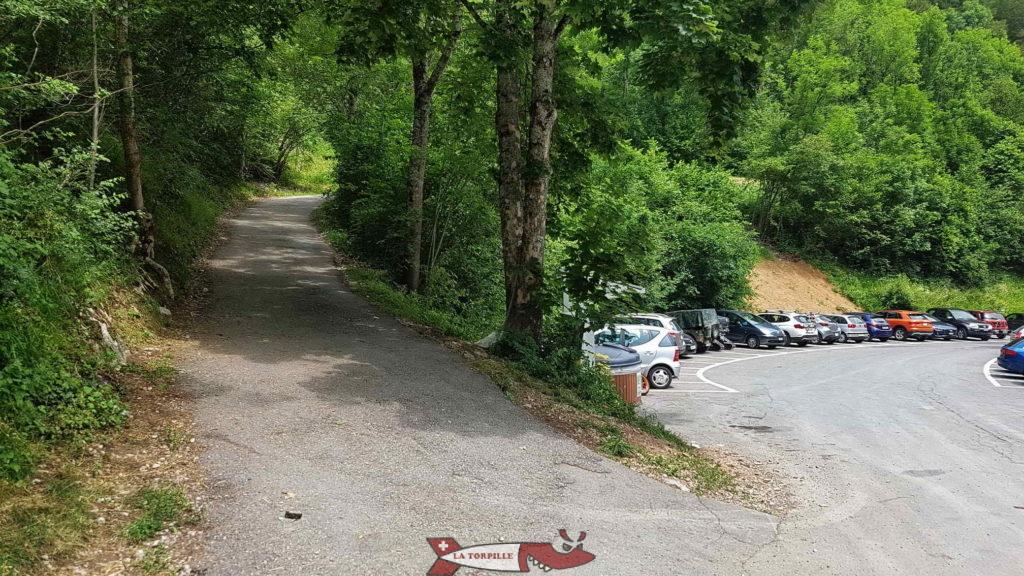 Le début de la montée par le sentier qui commence par un quelques mètres en goudron.