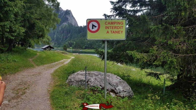 L'arrivée à la zone de pic-nic, un panneau vient rappeler l'interdiction de camper.