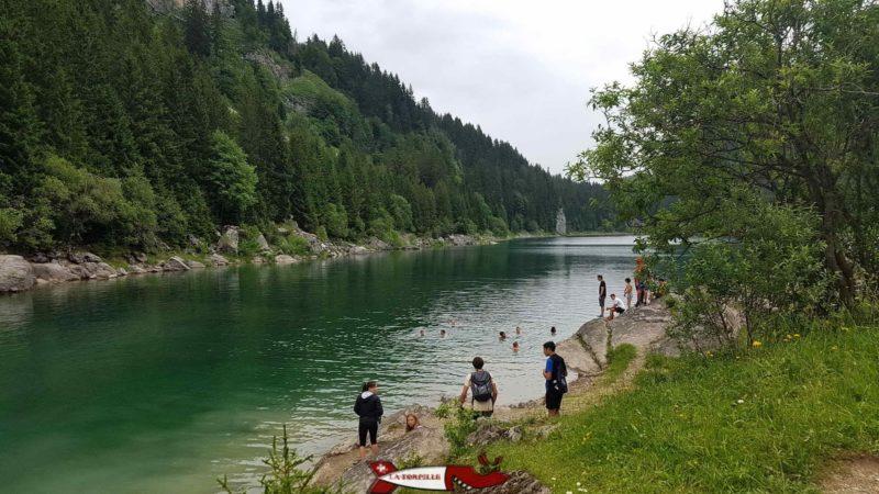 Des baigneurs dans les eaux fraiches du lac.