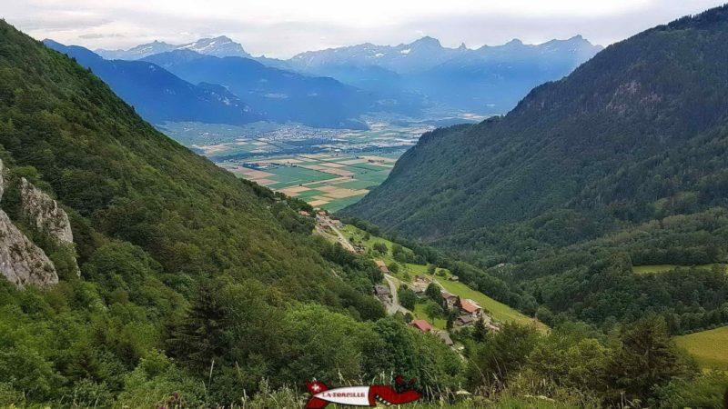 Une très belle vue sur la vallée du Rhône et le village de Miex.